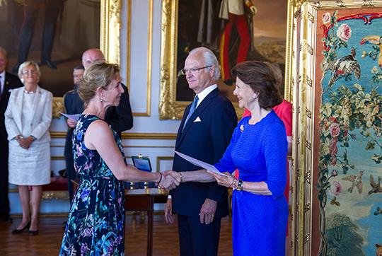 Helen Sjöholm tar emot medaljen Litteris et Artibus av kungaparet.