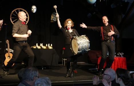Jacke Sjödin, Helen Sjöholm och Andreas Nilsson på Katalin. Foto och © Sven-Olof Ahlgren