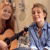 Anna Stadling och Helen sjunger för WaterAid i ett badrum.